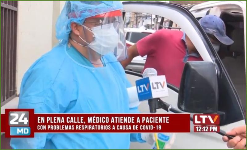 Médico atiende en plena calle a persona con problemas respiratorios