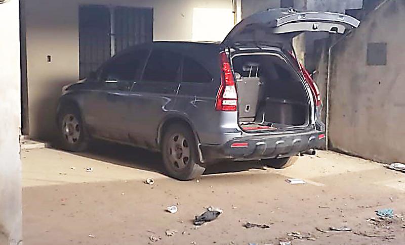 Recuperan vehículo robado y decomisan droga