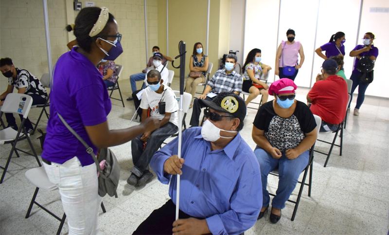 Comienzan a aplicar vacuna contra la COVID-19 a no videntes y personas con problemas auditivos – EL PAIS